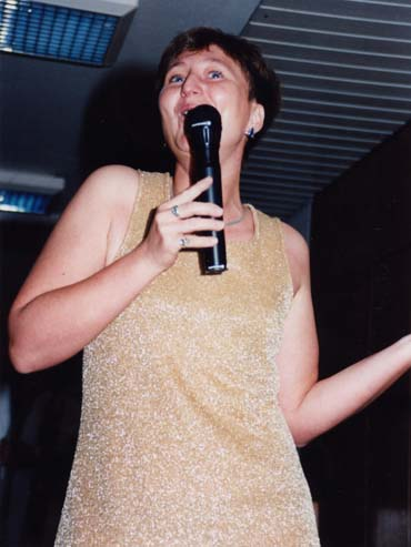 U.Kaltenbrunner singend im goldenen Kleid