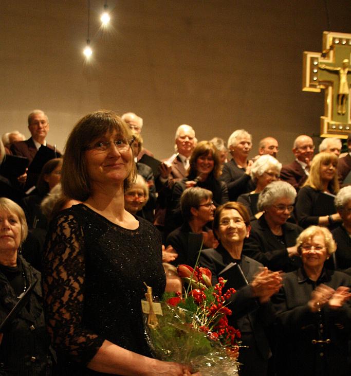 Chor im Hintergrund - Ulli mit Blumen