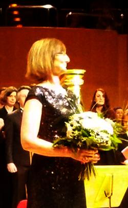Ulli mit Blumen in Philharmonie